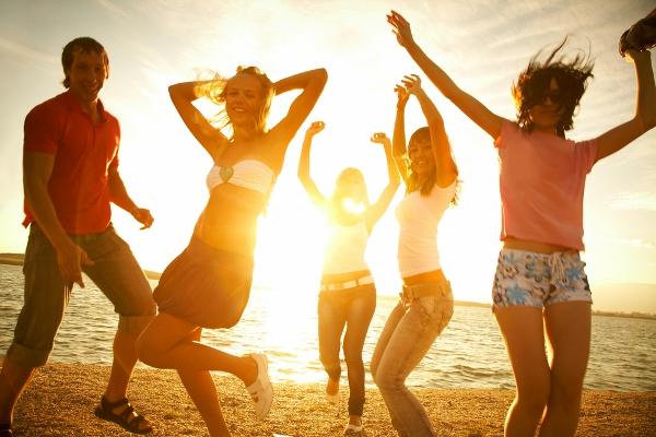 Gente bailando canciones de verano