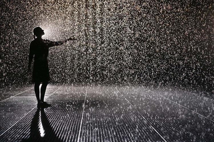 Mujer bajo la lluvia